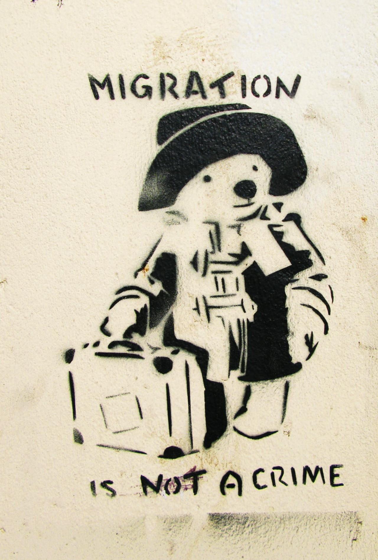 Pintada que denuncia la no criminalización de las migraciones.