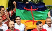 Bandera y personas defensoras de la cultura bereber